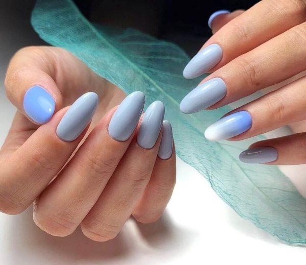 Простой голубой пастельный маникюр с градиентом
