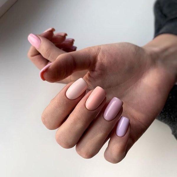 Простой персиковый и розовый пастельный маникюр