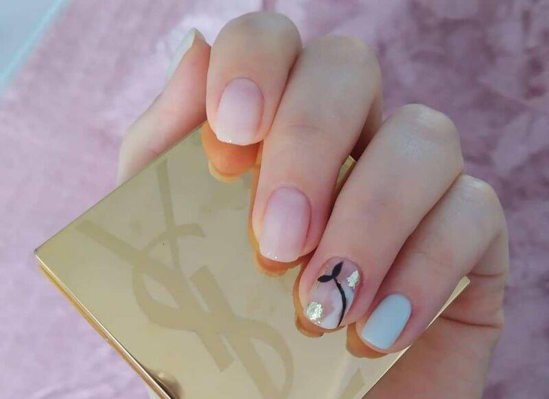 Минимализм на прозрачных ногтях
