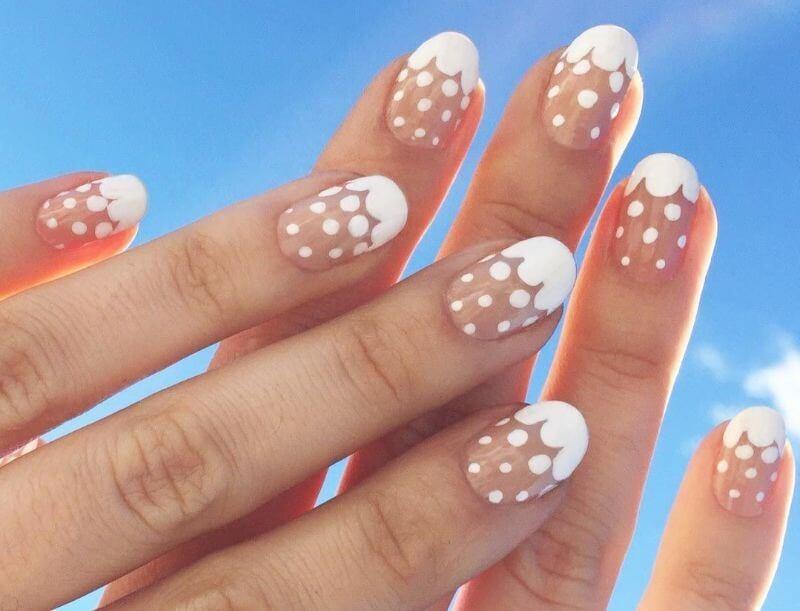 Горошек на прозрачных ногтях