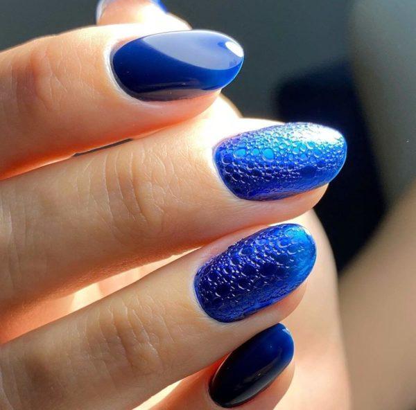 Пузырьковый маникюр в синем цвете