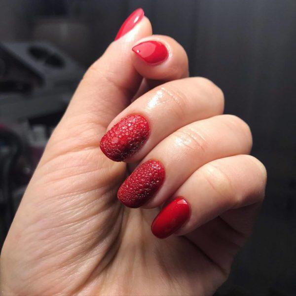 Пузырьковый маникюр в красном цвете