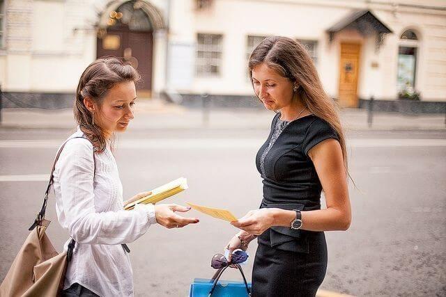 Раздача листовок и визиток для поиска клиентов
