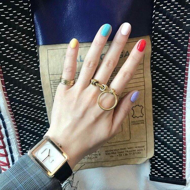 Разноцветный радужный маникюр