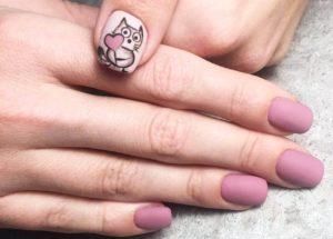 Матовый розовый маникюр с котиком