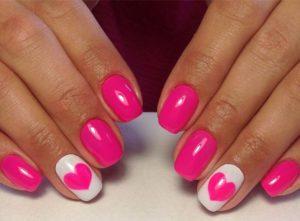 Ярко розовый маникюр с сердечками
