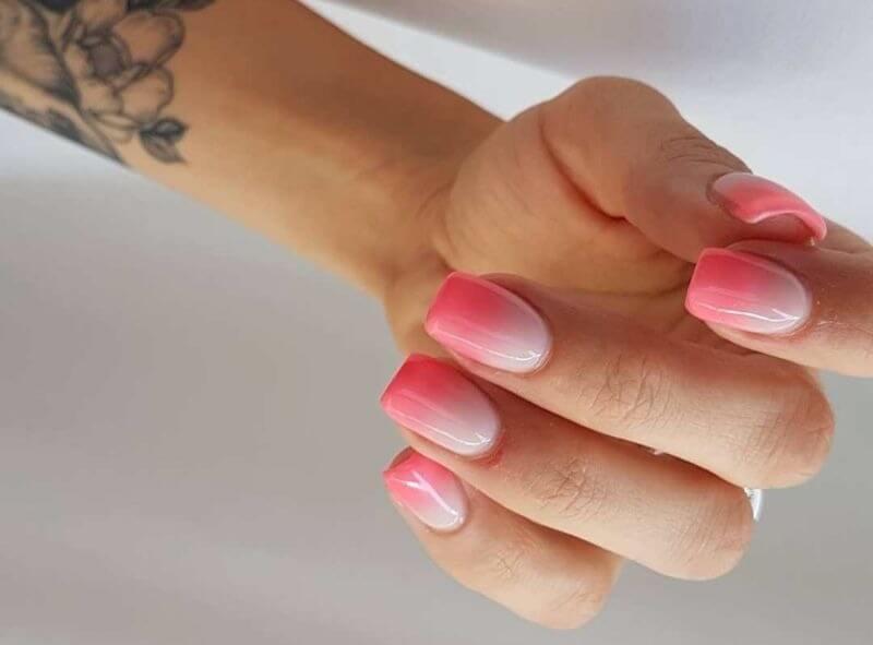 Розовый градиент на короткие ногти