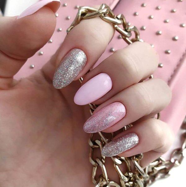 Розовый маникюр на длинные ногти с блестками