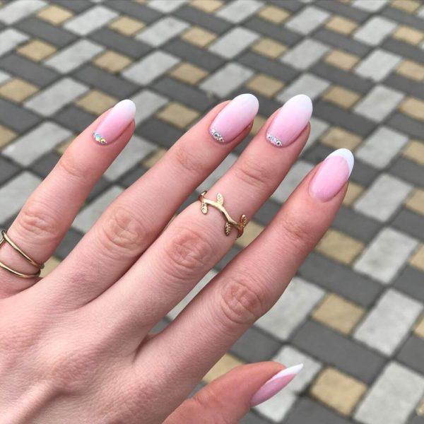 Розовый маникюр на короткие ногти френч