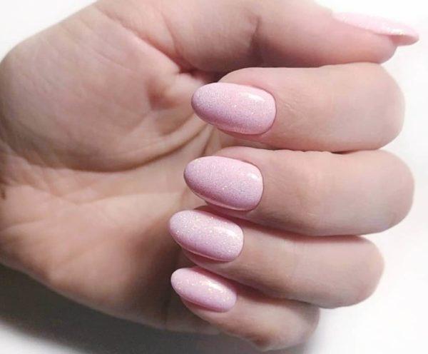Розовый маникюр с микроблестками