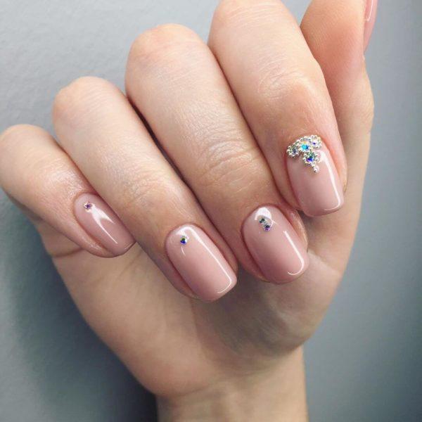 Розовый маникюр на длинные ногти со стразами