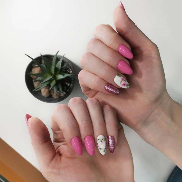 Розовый маникюр с дизайном цветы