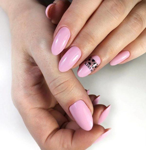 Розовый маникюр с дизайном леопард
