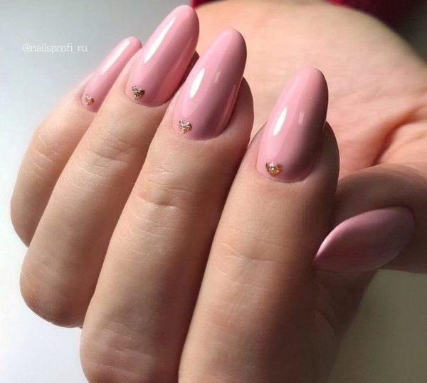 Розовый маникюр с дизайном с блестками у основания