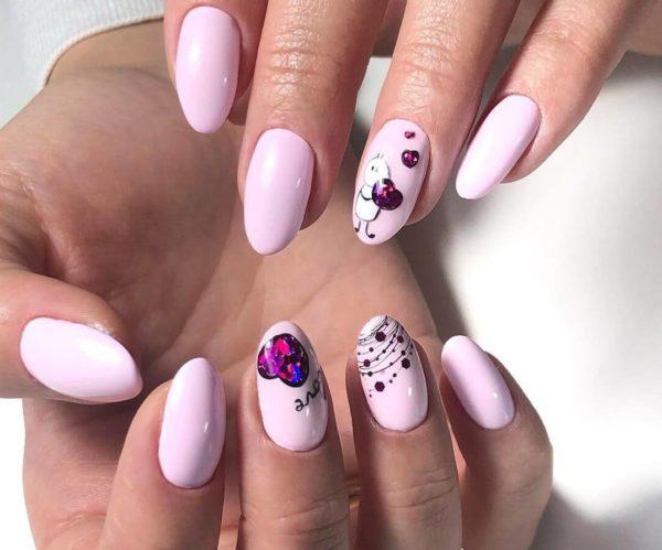 Розовый маникюр с дизайном с камнями