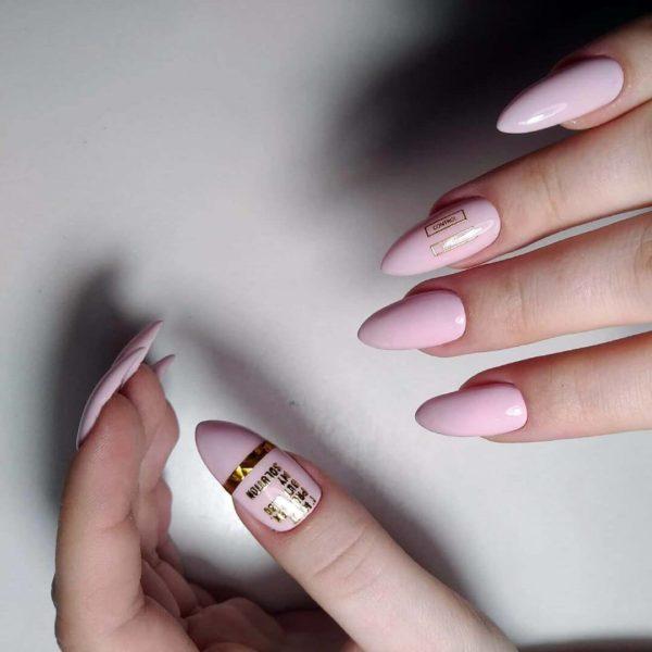 Розовый маникюр с дизайном золото