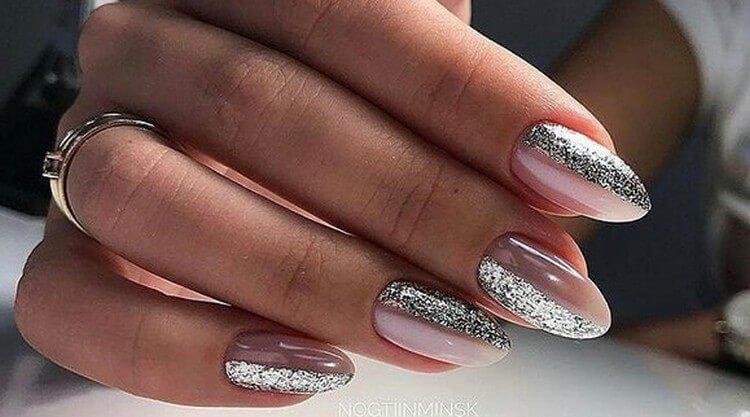 Розовый маникюр с полосками глиттера на ногтях