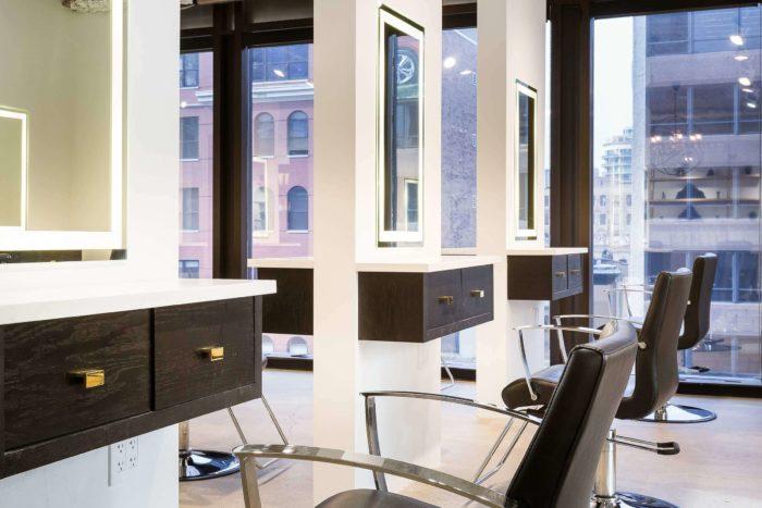 Салон с панорамными окнами в Чикаго