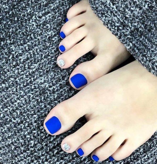 Синий матовый педикюр с блестками