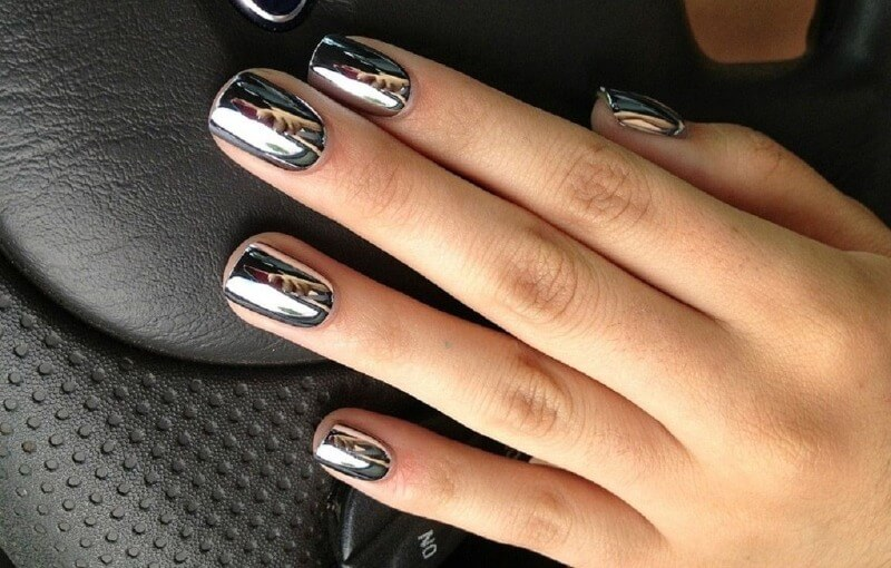 Серебряная втирка на ногтях