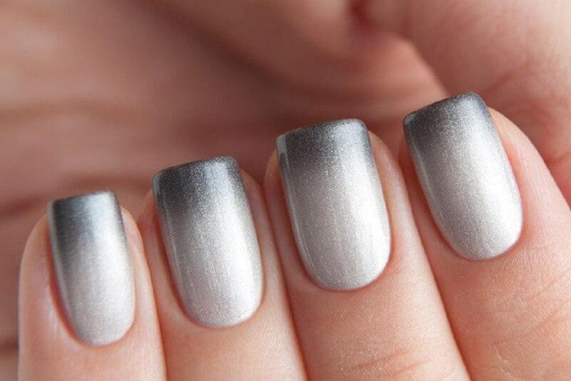 Серебряный омбре на коротких ногтях