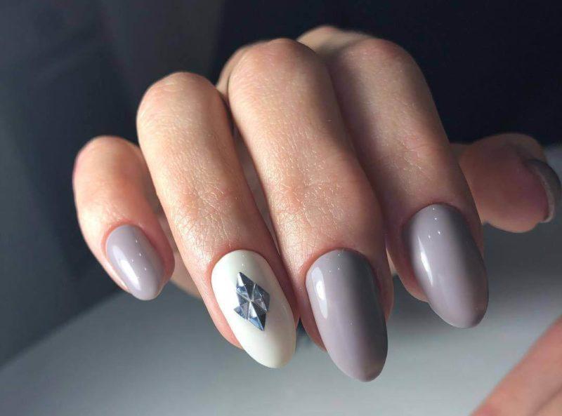Серый маникюр с акцентом стразами на одном пальце