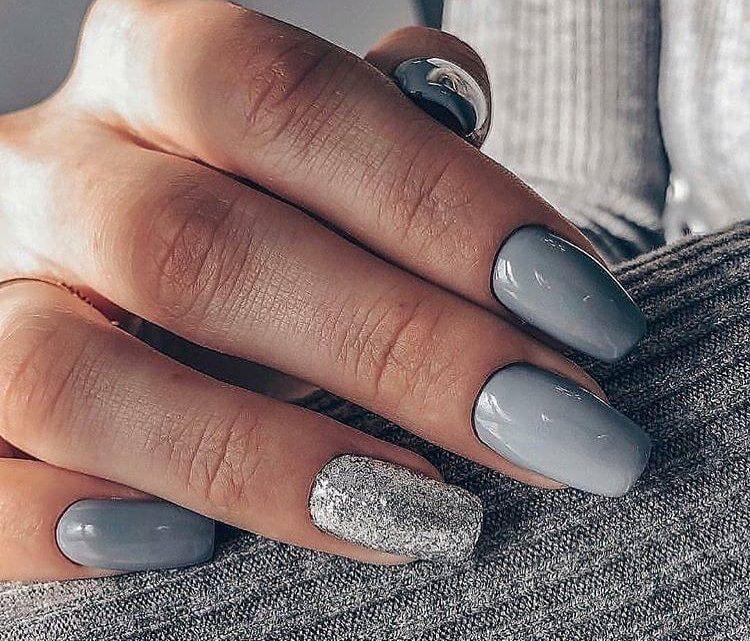 Серый с глиттером дизайн на длинные ногти
