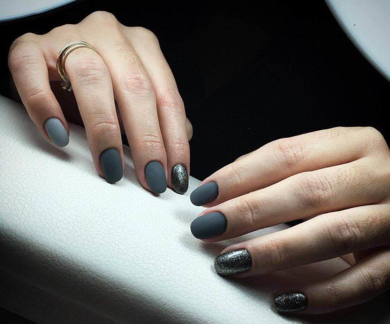 Серый матовый маникюр на коротких ногтях