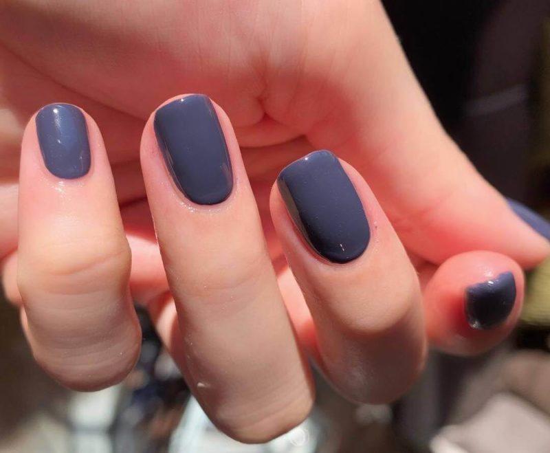 Темно серый маникюр на короткие ногти