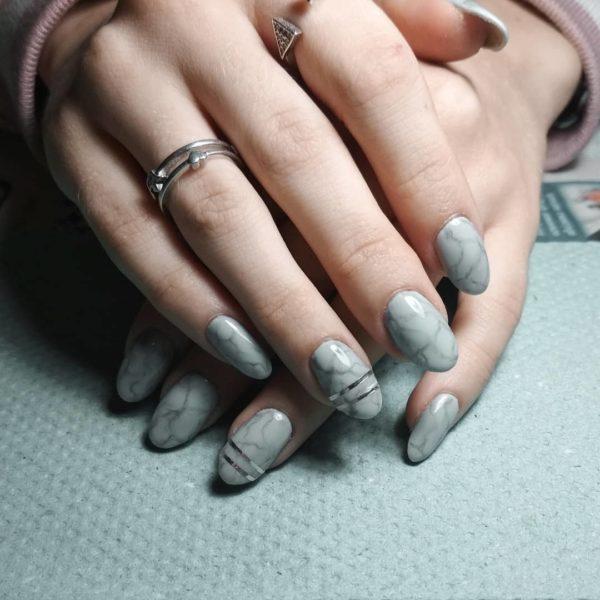 Серый мраморный маникюр