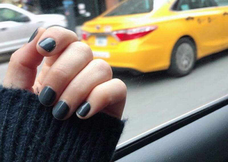 Серый лак на коротких ногтях