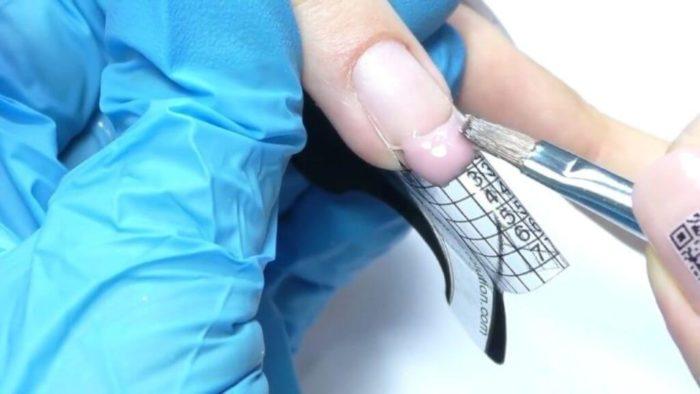 равномерно распределяем гель по поверхности формы