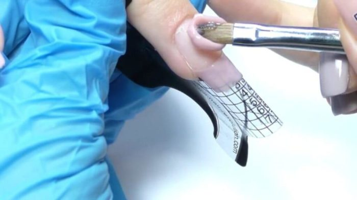 выкладываем гель на середину ногтевой пластины