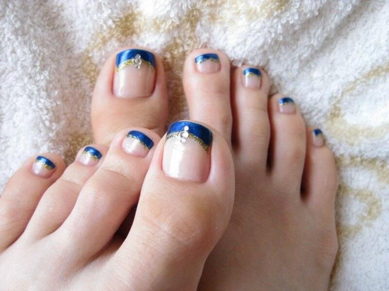 Дизайн с синим френчем на ногах