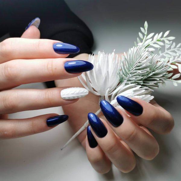 Синий маникюр с белой вязкой