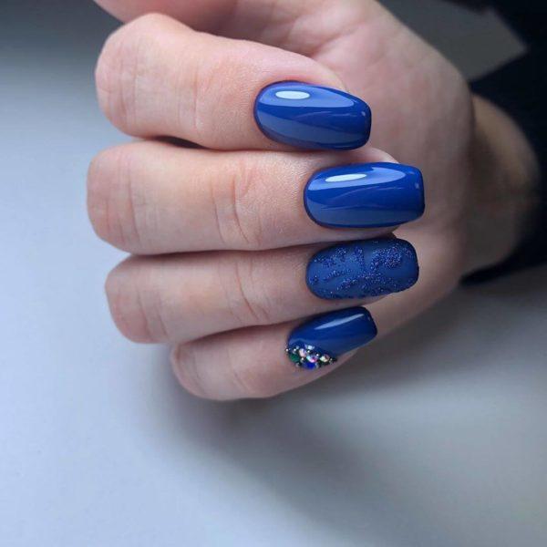 Синий маникюр с объемным дизайном
