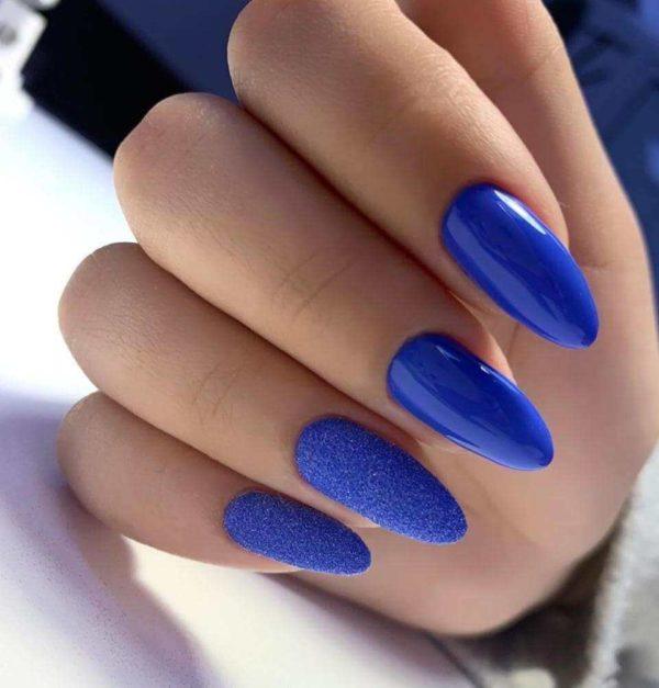 Синий маникюр с песком