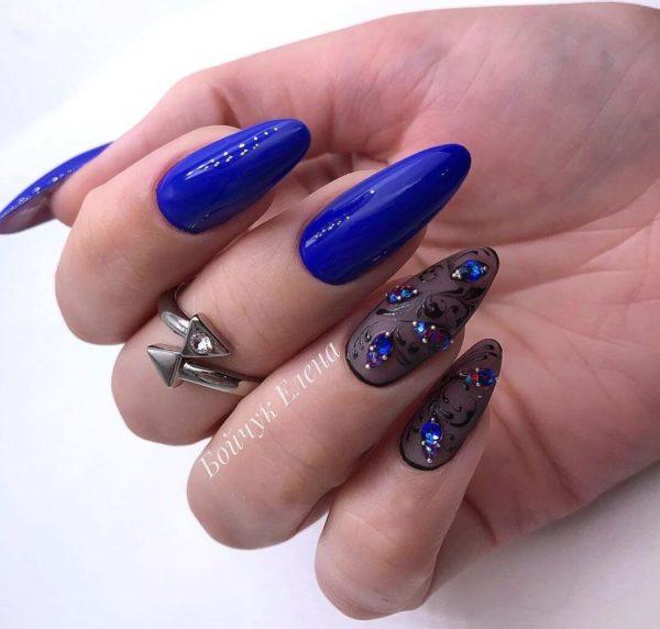 Синий маникюр на длинные ногти с вуалью