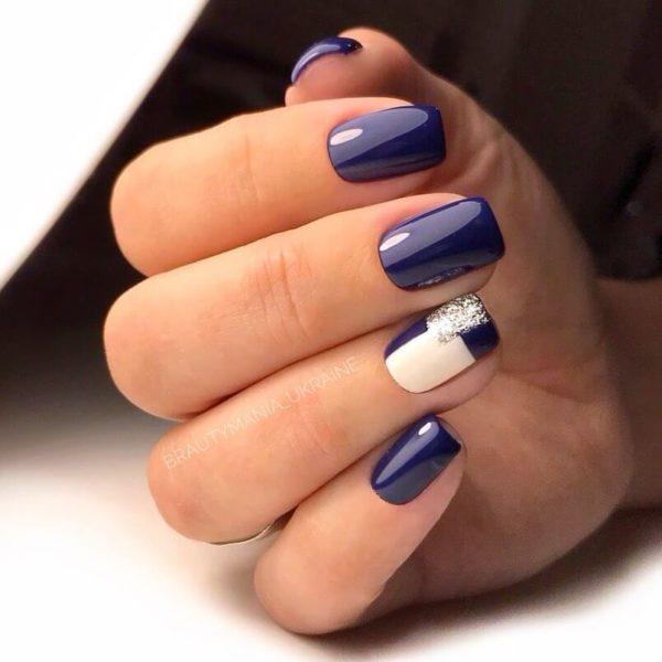 Синий маникюр с геометрией