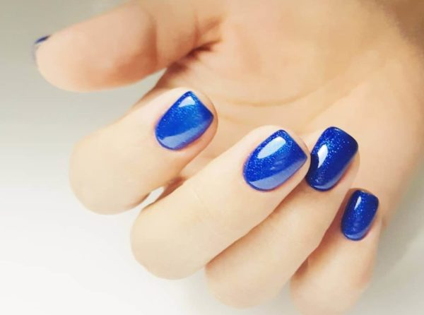 Идея синего маникюра на короткие ногти