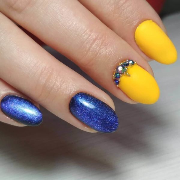 Синий маникюр с желтым