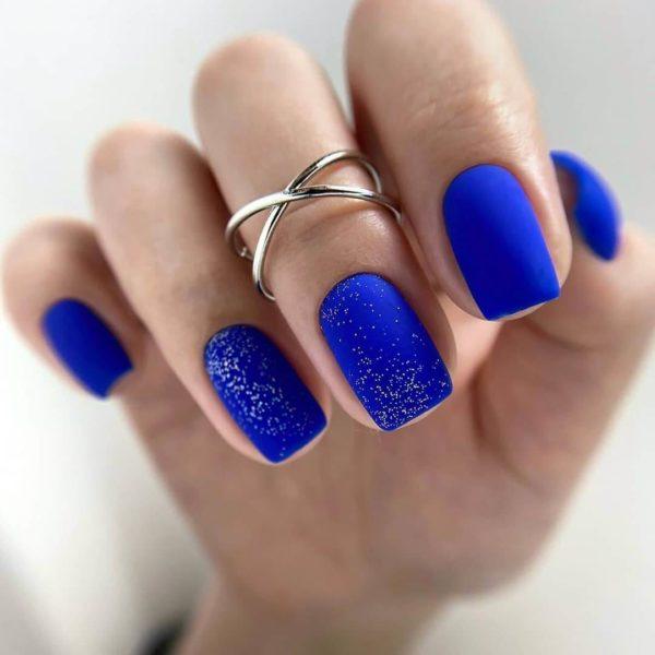 Синий маникюр с мелкими блестками