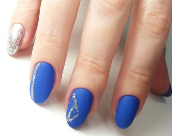 Синий маникюр с серебром на короткие ногти
