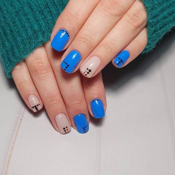 Синий маникюр с точками