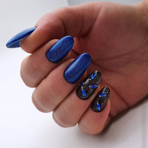 Синий маникюр и вуаль