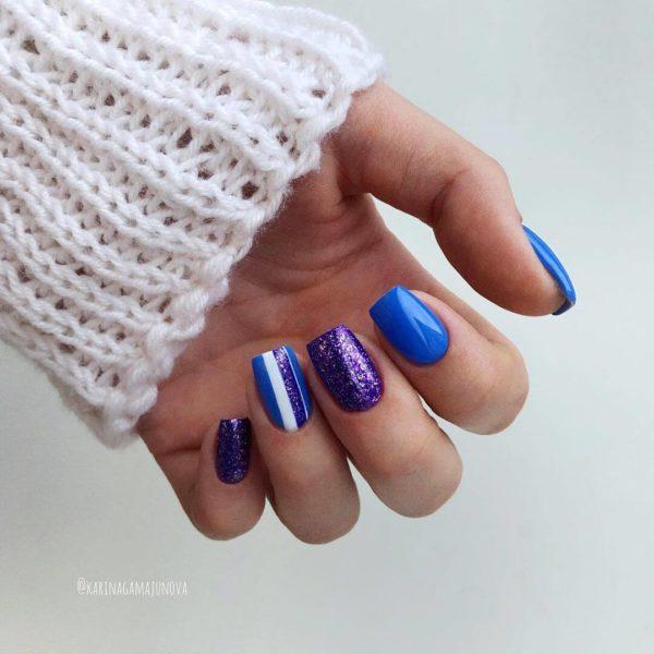 Синий маникюр с блестками и позолотой