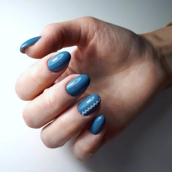 Синий маникюр светлого оттенка