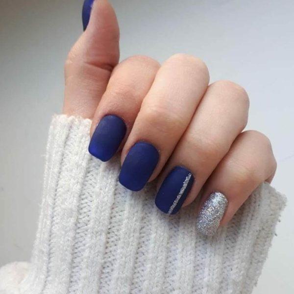 Синий матовый маникюр с блестками