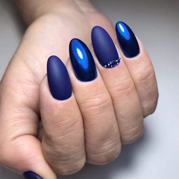 Синий матовый маникюр с глянцем
