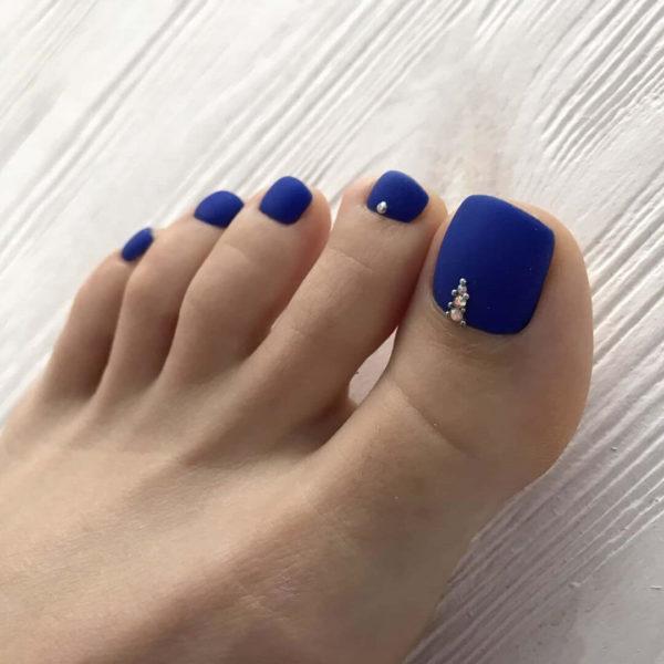 Синий матовый педикюр